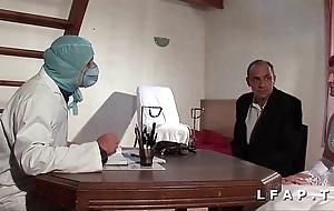Shivering vieille mariee se fait defoncee le cul chez le gyneco en triumvirate avec le mari