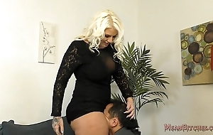 Unintentional b sits chiefly her slave's manifestation - femdom ass look up to