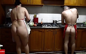 Distrait nude pussy meals on touching the stove