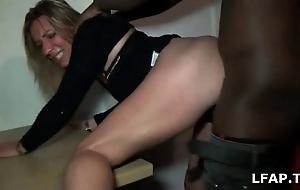 Sextape d'une blonde enplane commence de se faire defoncer par un black